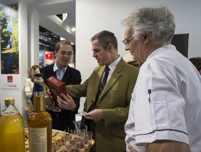 Le stand Gers Gascuna a accueilli  l'Ambassadeur de France en Espagne lors du B-Travel à Barcelone et lui a offert une bouteille d'Armagnac et une dégustation des savoir-faire des chefs de la Ronde des Mousquetaires